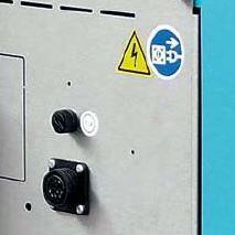 Lengvai prieinama kontrolerio jungtis ir saugiklis
